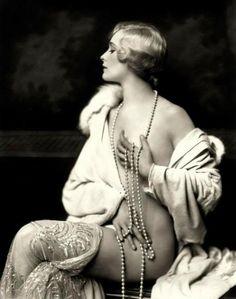 """Siamo stanchi delle centinaia di corpi nudi che ci propinano i giornali e la tv; quanto erano più sensuali nel 1920 queste foto """"proibite"""""""