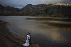 Um linda vista ampla do lago e montanhas da lapinha da serra e Weverton e Gersiele abraçados
