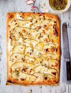 Pizza chèvre med päron och honung. Enklare och godare än så här kan det väl knappast bli. En riktig favorit. Läs receptet på www.lantliv.com #pizza #chèvre #päron