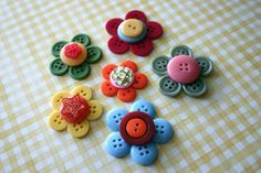 Button Flowers by Wendy Copley via Flickr  they remind me of Penny rugs