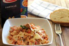 Farfalle con salsa Pomodoro Ricotta, alcaparras, atún y menta fresca. Receta italiana con fotos paso a paso del proceso de elaboración y presentación