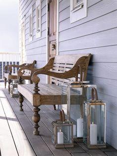 des lanternes en verre et métal sur le balcon