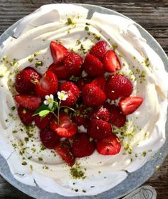 Kefir, Pavlova, Food Cakes, Cheesecake, Good Food, Cherry, Strawberry, Granola, Sweets