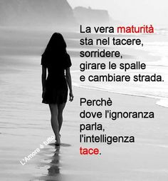 The true maturity is to keep quiet, smile, turn around and walk away because the ignorant continues to argue while the wise kept silent. Smart Quotes, Best Quotes, Love Quotes, Inspirational Quotes, Italian Quotes, Life Lessons, Decir No, Quotations, Wisdom