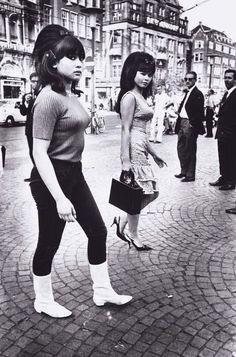 Twee sexy indonesische meisjes op de Dam Achter op de foto schreef Ed: Amsterdam 1966 Amsterdam, de Dam 1966: