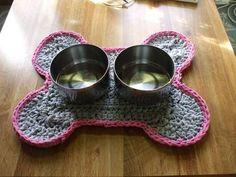 Crocheted bone rug placemat - CROCHET - Pet craft diy projects and ideas Crochet Kitchen, Crochet Home, Diy Crochet, Crochet Crafts, Yarn Crafts, Bone Crafts, Yarn Projects, Crochet Projects, Cotton Cord