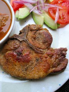 chuleta frita y ensalada de aguacate y tomate