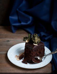 """Desserts for Breakfast: Schokoladen-Kuchen mit Zuckerrüben Grünkohl-Chips und Mandeln, oder die anderweitig als """"Eat Your Salad und haben Kuchen, Too"""" Kuchen bekannt."""