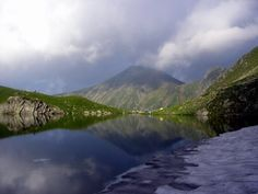Lacul glaciar Avrig, aflat la o altitudine de 2.011 metri în Munții Făgăraș, județul Sibiu, are o suprafață de aproape 15 hectare și o adâncime de până la 4,5 metri. Beautiful Places In The World, Beautiful Places To Visit, Wonderful Places, Visit Romania, British Columbia, Croatia, Scotland, Places To Go, Scenery
