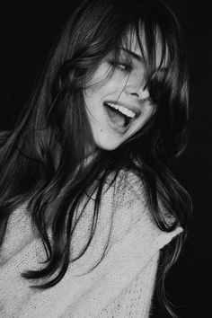 Uma boa dica de como hidratar os cabelos e diminuir os danos é lavá-los com um shampoo anti resíduos por duas vezes, enxaguando bem e depois fazer uma hidratação com creme de queratina. O creme deve permanecer nos cabelos por pelo menos 20 minutos e só depois enxaguá-los. Após esse processo, passe um creme do tipo leave-in, ou seja, sem enxágue e penteie a seguir. Deixe os cabelos secarem naturalmente evitando o uso de secadores de cabelo e chapinhas por alguns dias.