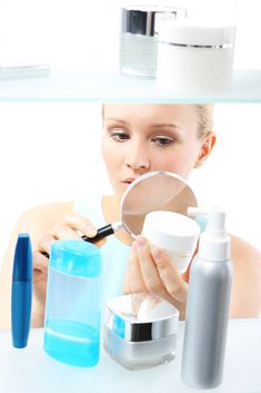 Do you read the ingredients in your store bought skincare products? Are they toxic? Here are some common toxic ingredients to avoid in skincare products. Cellulite, Anti Aging Creme, Cosmetic Labels, Wedding Makeup Artist, In Cosmetics, Rosacea, Wellness Tips, Bridal Make Up, Makeup Remover