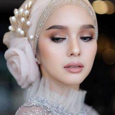 Image could contain: 1 person close-up Tesettür Ayakkabı Modelleri 2020 Turban Hijab, Hijab Dress, Swag Dress, Muslimah Wedding Dress, Muslim Wedding Dresses, Muslim Brides, Muslim Women, Hijabi Wedding, Muslim Couples