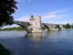 """Nella visita ad Avignone, oltre che il palazzo dei papi, fondamentale è stata la ricerca del famoso ponte, ricco di storia che ha ispirato la celeberrima canzone filastrocca. I bambini francesi la cantano e la conoscono perfettamente: """" Sur le pont d'Avignon,..."""