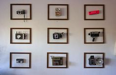 Forget the shelf, put your old cameras in frame and on display. I love this idea. [via Apartment Therapy] Related Vintage Camera Decor, Vintage Cameras, Antique Cameras, Photos Vintage, Vintage Display, Vintage Ideas, Vintage Frames, Collage Mural, Casa Milano