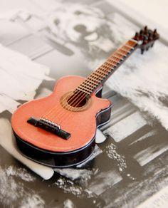 Belle collection de miniature d'instruments de musique. Guitare électrique, guitare sèche... Découvrez toute la collection sur OMF (site réservé aux professionnels)
