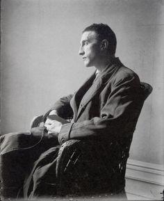 Marcel duchamp 1916 x Man Ray Tuvo su primera exposición individual en 1915, año en que conoció a Marcel Duchamp, quien le animó a experimentar con otras técnicas como el collage y el ensamblaje.