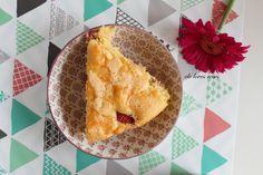 Una torta alle fragole soffice e profumata di primavera! La ricetta sul blog.