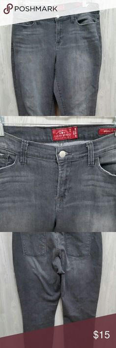 """Lucky Brand Handcrafted Jeans Brooklyn Skinny Type: Jeans Style: Skinny Brand: Lucky Brand Material: 99% Cotton, 1% Spandex Color: Black / Gray Measurements: Waist (front laid flat) 16"""", Inseam 28"""" Condition: Pre-owned No stains, rips, or tears. The bottom of the jeans and back pockets have some wear. Seen in last picture. Country of Manufacturer: Indonesia  Inventory: 17  Thank you for looking! Lucky Brand Jeans Skinny"""