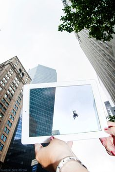 Eles tiram fotos de lugares famosos, com frames de filmes e séries