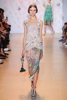 Tsumori Chisato. Die Vorstellung von den Tiefen des Ozeans ist voll von Schönheit, Glanz und reichhaltigen Farbwelten. Zumindest wenn es nach den Modedesignern geht. Denn deren glänzende Sommerlooks wecken Erinnerungen an Meerjungfrauen, kostbare Perlen und schimmernde Muscheln.