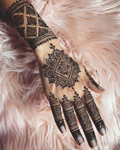 Mehndi is something that every girl want. Arabic mehndi design is another beautiful mehndi design. We will show Arabic Mehndi Designs. Henna Tattoo Designs, Henna Tattoos, Henna Tattoo Bilder, Henna Tattoo Muster, Cool Henna Designs, Henna Tattoo Kit, Bridal Henna Designs, Mehndi Designs For Fingers, Arabic Mehndi Designs