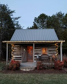 Want to experience the goodness of living in a country-style house and away from the city, and if you love hands-on, log cabin kits is the solution. Small Log Cabin, Log Cabin Kits, Tiny Cabins, Little Cabin, Log Cabin Homes, Cabins And Cottages, Cottage Homes, Log Cabins, Cabin In The Woods