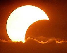 """Затменный """"Месесолнц"""" и просветительские шаманские камлания - уже сегодня!   С самого утра мир в волнительном ожидании солнечного затмения. В Украине оно будет не полное. Луна обещала оставить нам аж 48% солнца. Это значит, что в небе какое-то время будет сверкать """"Месесолнц"""", наверное, это красиво и точно необычно. Сегодня у нас шаманские камлания """"Как написать текст на главную страницу сайта?"""". Table Lamp, Lighting, Home Decor, Table Lamps, Decoration Home, Room Decor, Lights, Home Interior Design, Lightning"""