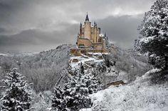 Krasný hrad ve španělsku zasněžený