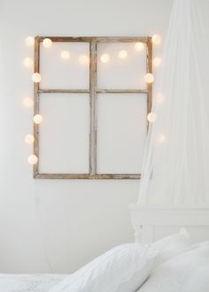 Window frame + lights as interior decoration. My New Room, My Room, Diy Wanddekorationen, Easy Diy, Deco Cool, Diy Casa, Old Windows, Wooden Windows, Home And Deco