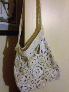 White/purple or cream/white shoulder bag in cotton. Lined with poly cotton. Approx size 12 x 12/31 x 31 cm, Shoulder strap 36/92 cm. Lovely