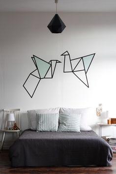 Déco origami dans la chambre avec du masking tape  http://www.homelisty.com/masking-tape/
