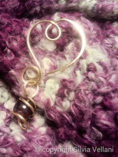 Marea di Leuko: Ciondolo  wire cuore  in bronzo martellato con agata colorata Wire bronze heart pendant with coloured agate.