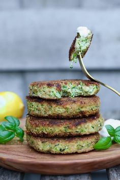Zucchini-Burger mit Parmesan - Beaufood - Famous Last Words Vegetable Burger Recipe, Yummy Veggie, Yummy Food, Good Healthy Recipes, Healthy Cooking, Food Porn, Happy Foods, Food Inspiration, Love Food