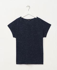Tee-shirt col rond avec fil métallisé. Manches courtes chauve-souris. Existe en plusieurs coloris : Marine et Off white.