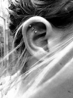 30 Cute and Different Ear Piercings Are you interested in body modification? Ear piercing is one of the best kind of it. Having piercings in different parts of your ear other than your lobes Orbital Piercing, Piercing Tattoo, Et Tattoo, Septum Piercings, Triple Piercing, Tattoo Shop, Top Of Ear Piercing, Nose Stud Piercing, Outer Conch Piercing