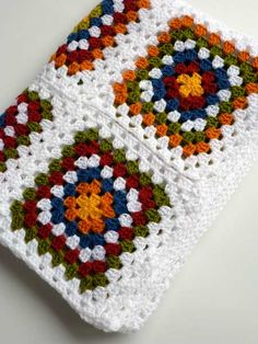 This Pin was discovered by HUZ Crochet Square Blanket, Granny Square Crochet Pattern, Crochet Squares, Crochet Blanket Patterns, Crochet Table Mat, Crochet Quilt, Crochet Yarn, Crochet Stitches, Crochet Leaves