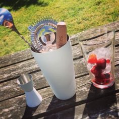 Whites 6 Piece Cocktail Set With 800ml Boston Shaker, 500ml Glass, Twisted Bar Spoon, Wooden Muddler, Strainer, 25/50ml Measure, and 4 Classic Cocktail Recipes: Amazon.co.uk: Kitchen & Home