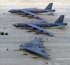"i B-52H Stratofortress (61-006, Old Soldier II e 60-008 Lucky Lady IV) e un solitario B-2A Spirit (82-1069 ""Spirit of Indiana"")."