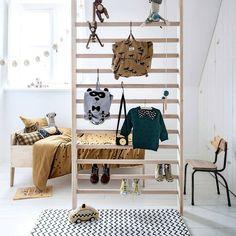 DIY • een oud gymrek is niet alleen leuk om in te klimmen, je kunt er ook mooie items aan ophangen. Lekker stoer! Meer op vtwonen.nl/diy