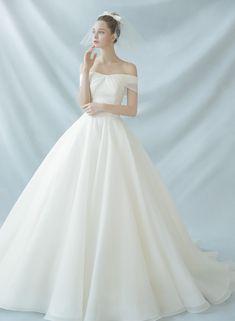 수입 디자이너 드레스와 자체 디자인한 감도 높은 웨딩드레스를 고루 갖추어 선택의 폭이 넓은 프리니엄 웨딩 멀티숍입니다. Wedding Book, Garden Wedding, Dream Wedding, Awesome Dresses, Lovely Dresses, Stunning Wedding Dresses, Wedding Gowns, Bridal Dresses, Prom Dresses