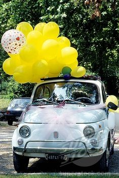 Wedding car decoration idea, tie on a bunch of balloons. Shared by CarDecor.com.