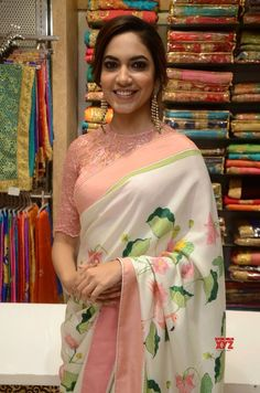 Latest designer blouse design – The handmade craft - Blouse designs Saree Blouse Neck Designs, Fancy Blouse Designs, Glamour, Sari Bluse, Indische Sarees, Saree Models, Stylish Sarees, Saree Look, Elegant Saree