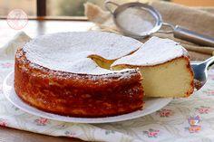 MIGLIACCIOIngredienti: 150 gr semolino 400 gr latte 300 gr acqua 250 gr ricotta 180 gr zucchero semolato 2 uova grandi 30 gr burro scorza 1 arancia vanillina o bacca di vaniglia zucchero a velo
