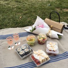 Pin / sydneyketterman picnic date, beach picnic, summer picnic, romantic picnics, aesthetic Picnic Date, Summer Picnic, Beach Picnic Foods, Summer Travel, Spring Summer, Food N, Food And Drink, Comida Picnic, Jai Faim
