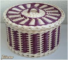 Newspaper Basket, Newspaper Crafts, Recycle Newspaper, Baskets On Wall, Wicker Baskets, Origami Box Tutorial, Basket Weaving Patterns, Paper Furniture, Bamboo Weaving
