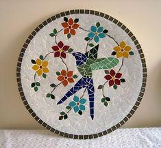 Prato de parede decorativo trabalhado em mosaico com beija flor. Base de ceramica, mede 40 cm de diâmetro.