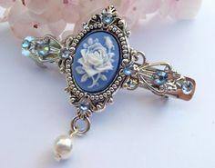 Kleine Haarspange in blau silber mit Rosen Kamee von Schmucktruhe, €24.00
