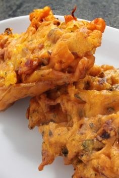This onion bhaji recipe makes bhajis. Onion bhajis - This bhaji/pakora recipe works a treat with both onion and potato or basically any veg. Onion Bhaji Recipes, Pakora Recipes, Curry Recipes, Vegetarian Recipes, Cooking Recipes, Healthy Recipes, Vegetable Pakora Recipe Indian, Baked Pakora Recipe, Eating Clean