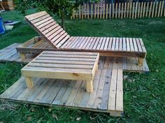 Here is Monica Godoy's reclaimed wood pallet garden creations, the garden should not be ignored when a person is adorning a home as it is one of the important areas of the home. Anything for the garden can be made just like the sun lounger and the table to enjoy the warmth of the sun.