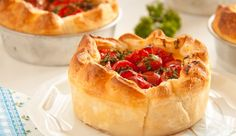 Tomato Tart with Parmaham & Ricotta. A delicious tomato tart with parmaham & ricotta for one person. I Love Food, Good Food, Yummy Food, Milk Recipes, Cooking Recipes, Empanadas, Pasta, Happy Foods, Risotto